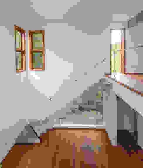 Rancho 14 Corredores, halls e escadas modernos por A+R arquitetura Moderno