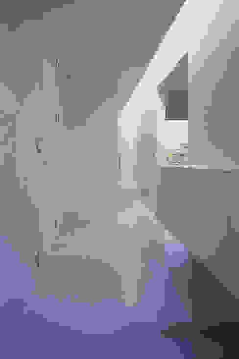 コンセント 玄関・水廻り Smart Running一級建築士事務所 モダンスタイルの 玄関&廊下&階段 タイル 白色