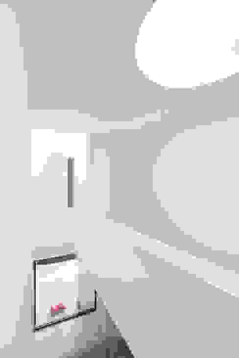 Wohnhaus H FFM-ARCHITEKTEN. Tovar + Tovar PartGmbB Moderner Flur, Diele & Treppenhaus