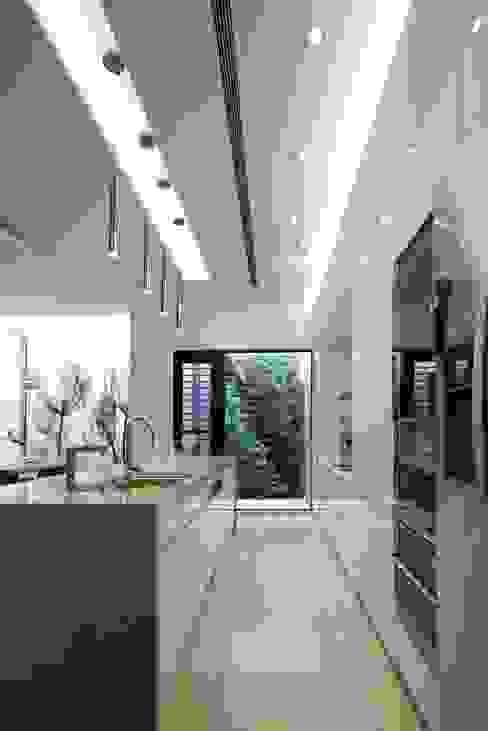 中區 複層住宅 現代廚房設計點子、靈感&圖片 根據 馬汀空間設計 現代風