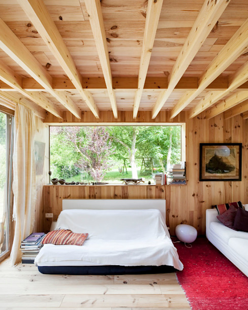 Ruang Keluarga Gaya Skandinavia Oleh m architecture Skandinavia