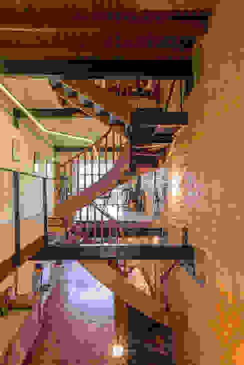 現代風玄關、走廊與階梯 根據 ODVO Arquitetura e Urbanismo 現代風