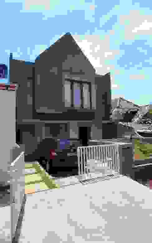Exterior Rumah: Rumah tinggal  oleh Parametr Architecture, Modern Batu