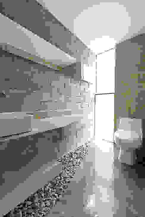 Bathroom by Monolito,