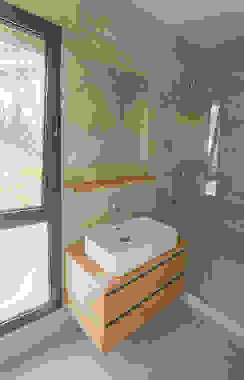 Egeli Proje Banheiros modernos Derivados de madeira Efeito de madeira