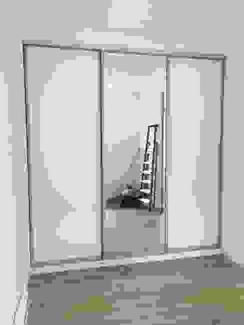 Einbauschank mit Schiebetüren Schrankprojekt GmbH Minimalistische Schlafzimmer Weiß