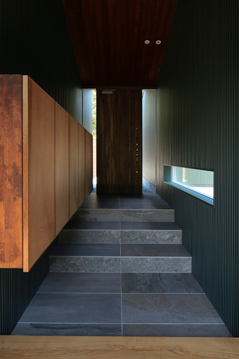 Pasillos, vestíbulos y escaleras de estilo asiático de 髙岡建築研究室 Asiático Azulejos