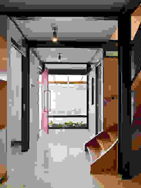 Pasillos, vestíbulos y escaleras de estilo moderno de ODVO Arquitetura e Urbanismo Moderno