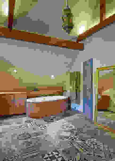 Freistehende Badewanne - neu und urban dipl.-ing. anne-doris fluck innenarchitektin aknw Mediterrane Badezimmer Fliesen Bernstein/Gold