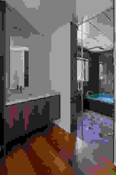 Phòng tắm phong cách hiện đại bởi 武藤圭太郎建築設計事務所 Hiện đại