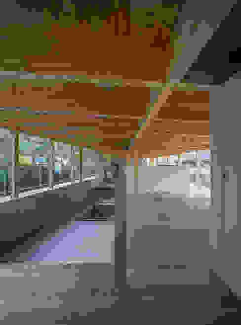 リビングと和室 モダンデザインの 多目的室 の 武藤圭太郎建築設計事務所 モダン