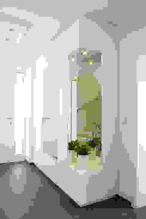 Garderobe mit Schuhordnung raumwerk-tischlerei gmbh Moderner Flur, Diele & Treppenhaus Weiß