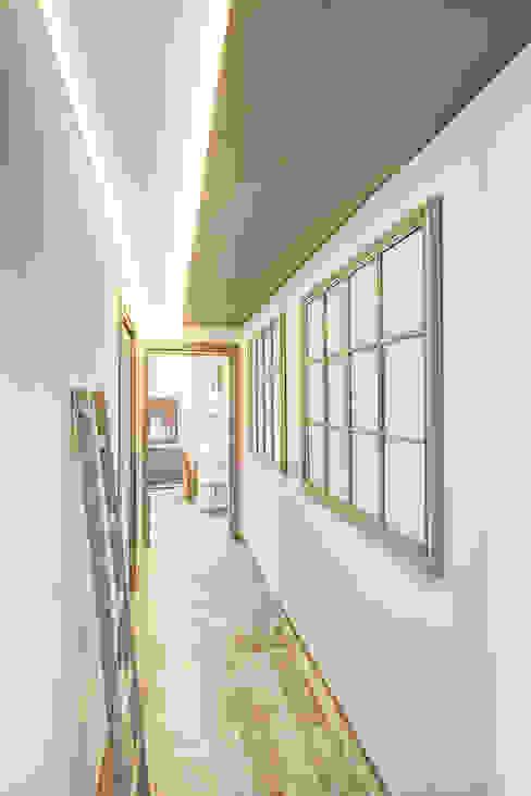 Modern Corridor, Hallway and Staircase by Studio Guerra Sas Modern