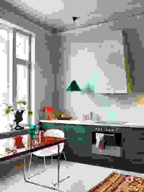 Keuken met Marrakech Walls, Traditional Paint lak op waterbasis en krijtverf in de kleur Polar Blue; kastjes lak in Black Hills Pure & Original Moderne keukens