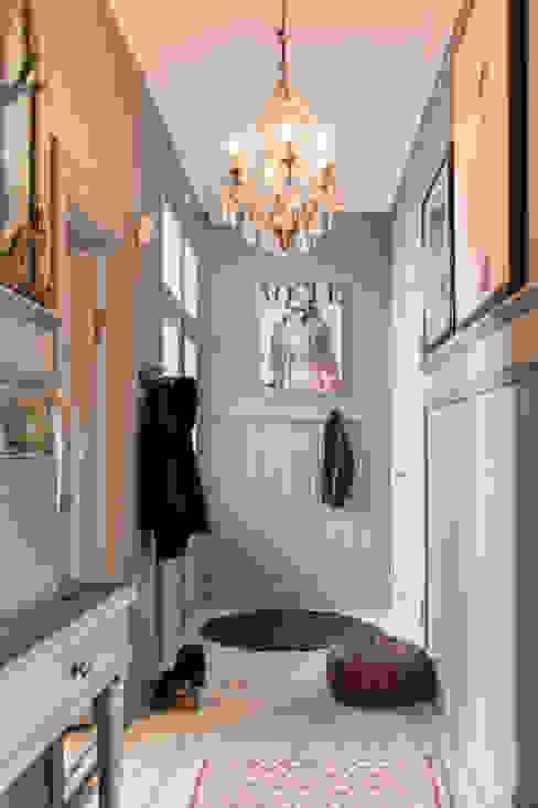 De hal is geschilderd met Classico krijtverf in de kleur Oyster Grey Moderne gangen, hallen & trappenhuizen van Pure & Original Modern