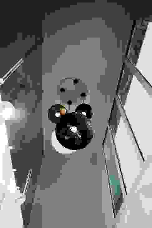 Black House (강원도 평창 전원주택)-복층 거실 모던스타일 거실 by 위즈스케일디자인 모던
