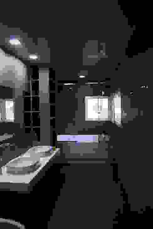 Banheiros modernos por 위즈스케일디자인 Moderno Azulejo