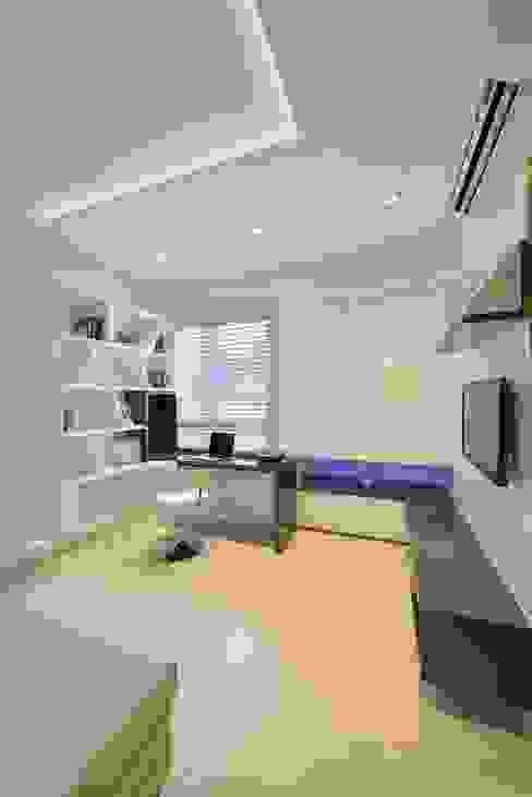 Study and Media room- Residence at DLF Phase IV, Gurugram homify Minimalist study/office
