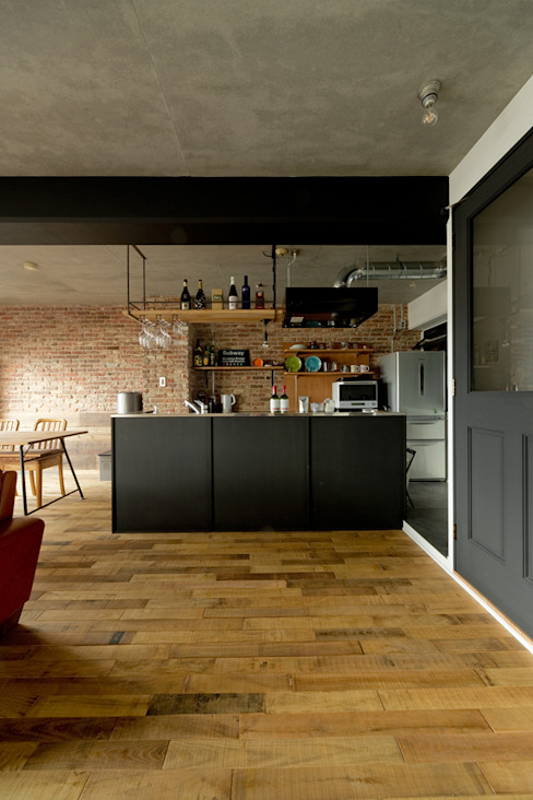 Industrial style dining room by 東京・横浜 ハコプラスリノベーション Industrial Bricks
