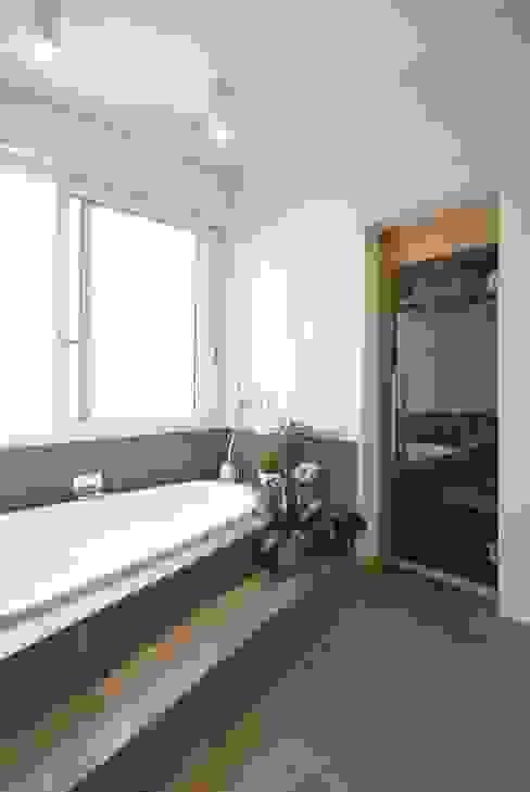 Salle de bain moderne par silvestri architettura Moderne