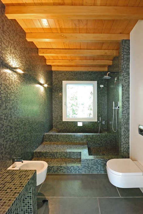 TETTO IN LEGNO, PIETRA E MATTONI A VISTA silvestri architettura Bagno rurale Piastrelle Verde