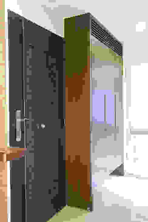 玄關鞋櫃 隨意取材風玄關、階梯與走廊 根據 Hi+Design/Interior.Architecture. 寰邑空間設計 隨意取材風
