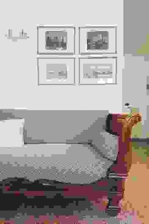 antico letto a barca restaurato e adibito a divano da conversazione Soggiorno moderno di smellof.DESIGN Moderno