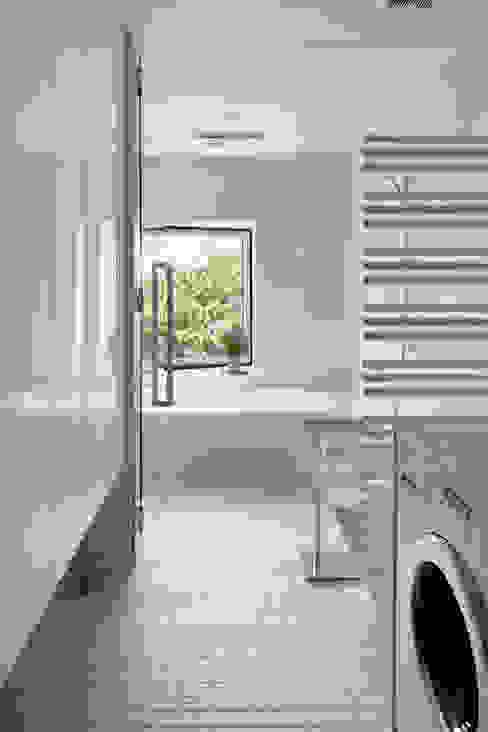 Ванные комнаты в . Автор – atelier137 ARCHITECTURAL DESIGN OFFICE