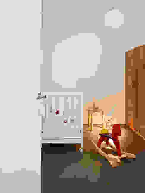 Phòng trẻ em phong cách Bắc Âu bởi homify Bắc Âu