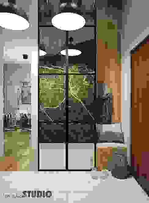 przedpokój-szafa z lustrami Eklektyczny korytarz, przedpokój i schody od MIKOŁAJSKAstudio Eklektyczny