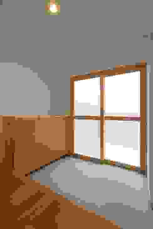 大津の住宅: 奥村幸司建築設計室が手掛けた廊下 & 玄関です。