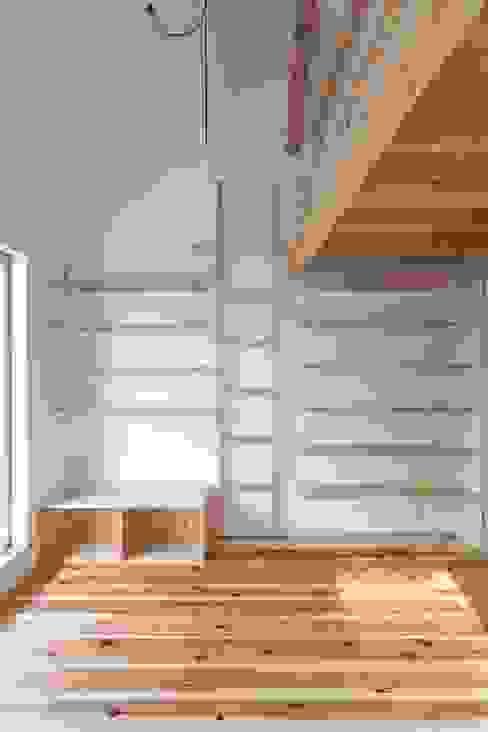 大津の住宅: 奥村幸司建築設計室が手掛けた寝室です。