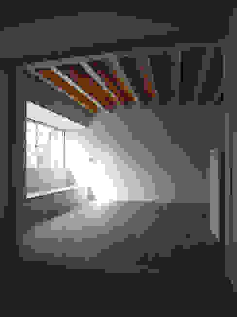 大津の住宅: 奥村幸司建築設計室が手掛けたリビングです。