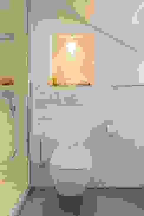 Dezenter WC-Bereich Moderne Badezimmer von homify Modern