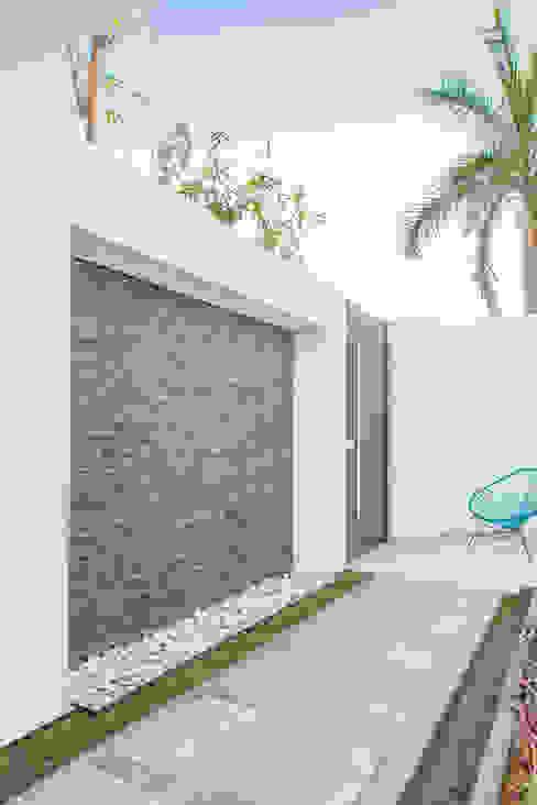 Balcones y terrazas de estilo minimalista de S2 Arquitectos Minimalista
