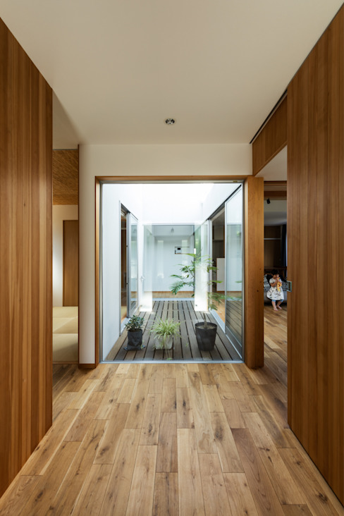 Modern Corridor, Hallway and Staircase by 藤森大作建築設計事務所 Modern Wood Wood effect