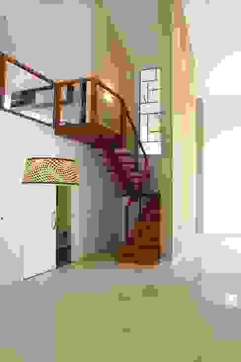 Modern corridor, hallway & stairs by Fernanda Quelhas Arquitetura Modern