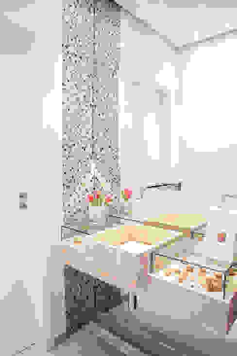 Ванные комнаты в . Автор – Fernanda Quelhas Arquitetura, Модерн