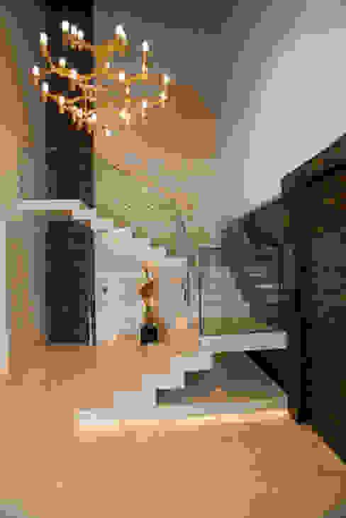 Flur & Diele von Danielle Valente Arquitetura e Interiores, Modern