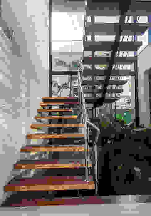Volumetrias que espelham modernidade Corredores, halls e escadas modernos por Ruschel Arquitetura e Urbanismo Moderno