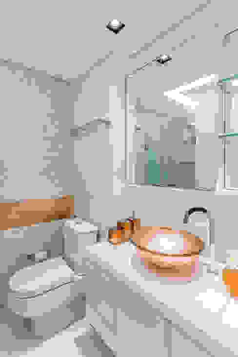 Modern Bathroom by Arquitetura Sônia Beltrão & associados Modern Copper/Bronze/Brass