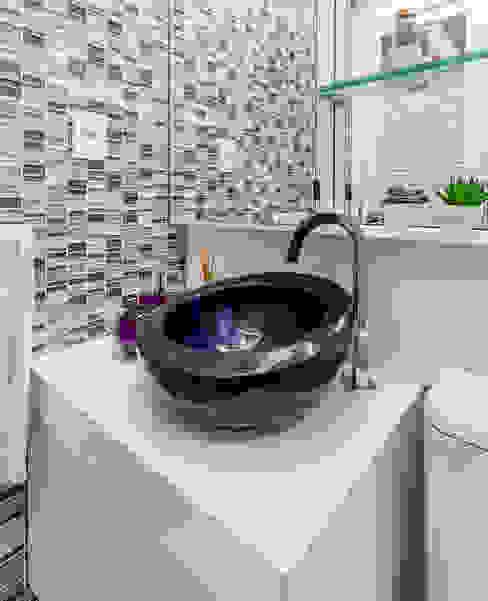 Modern Bathroom by Arquitetura Sônia Beltrão & associados Modern Stone