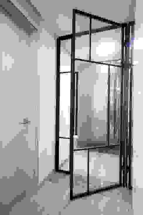 김포 32평 시공을 최소화한 새아파트 홈스타일링 모던스타일 복도, 현관 & 계단 by homelatte 모던