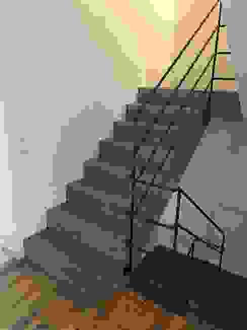 Sichtbeton Treppenanlage Moderner Flur, Diele & Treppenhaus von Traumraum&beton DESIGN by NONNAST Modern Beton