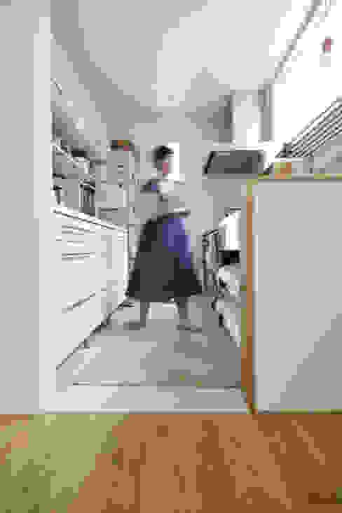 家事動線の考えられたキッチン の タイコーアーキテクト 北欧