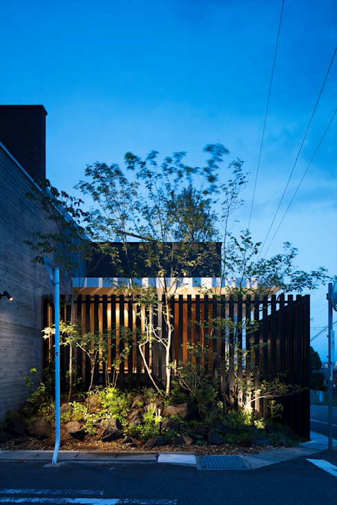 Casas modernas de 吉川弥志設計工房 Moderno