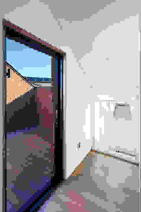 Modern balcony, veranda & terrace by (주)유타건축사사무소 Modern
