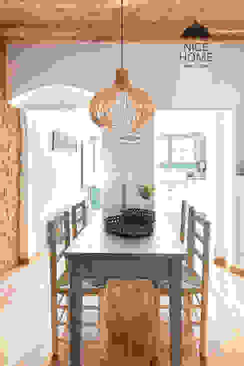 Phòng khách phong cách Địa Trung Hải bởi Nice home barcelona Địa Trung Hải