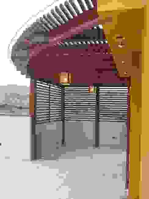 Casa D Santiago de Surco Balcones y terrazas modernos de Arquitotal SAC Moderno