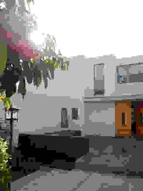 Casas de estilo mediterráneo de AtelierStudio Mediterráneo